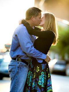 Couple Kiss Mobile Wallpaper