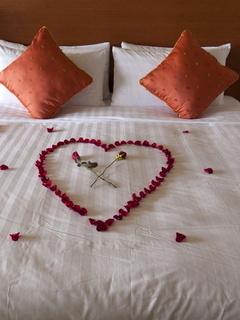 Love In Bed Mobile Wallpaper