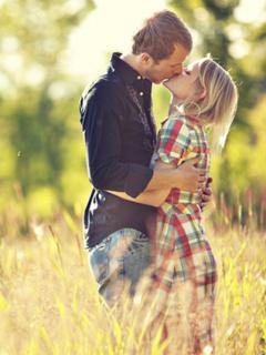 Sweet Romance Kissing Mobile Wallpaper