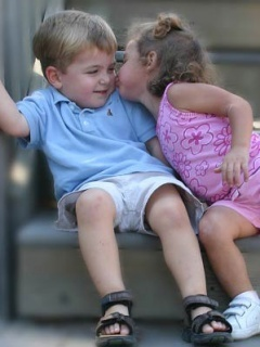 Kids Kissing Mobile Wallpaper