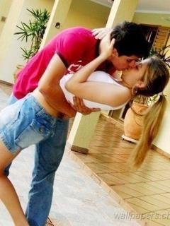 Lovely Kissing Lovers Mobile Wallpaper